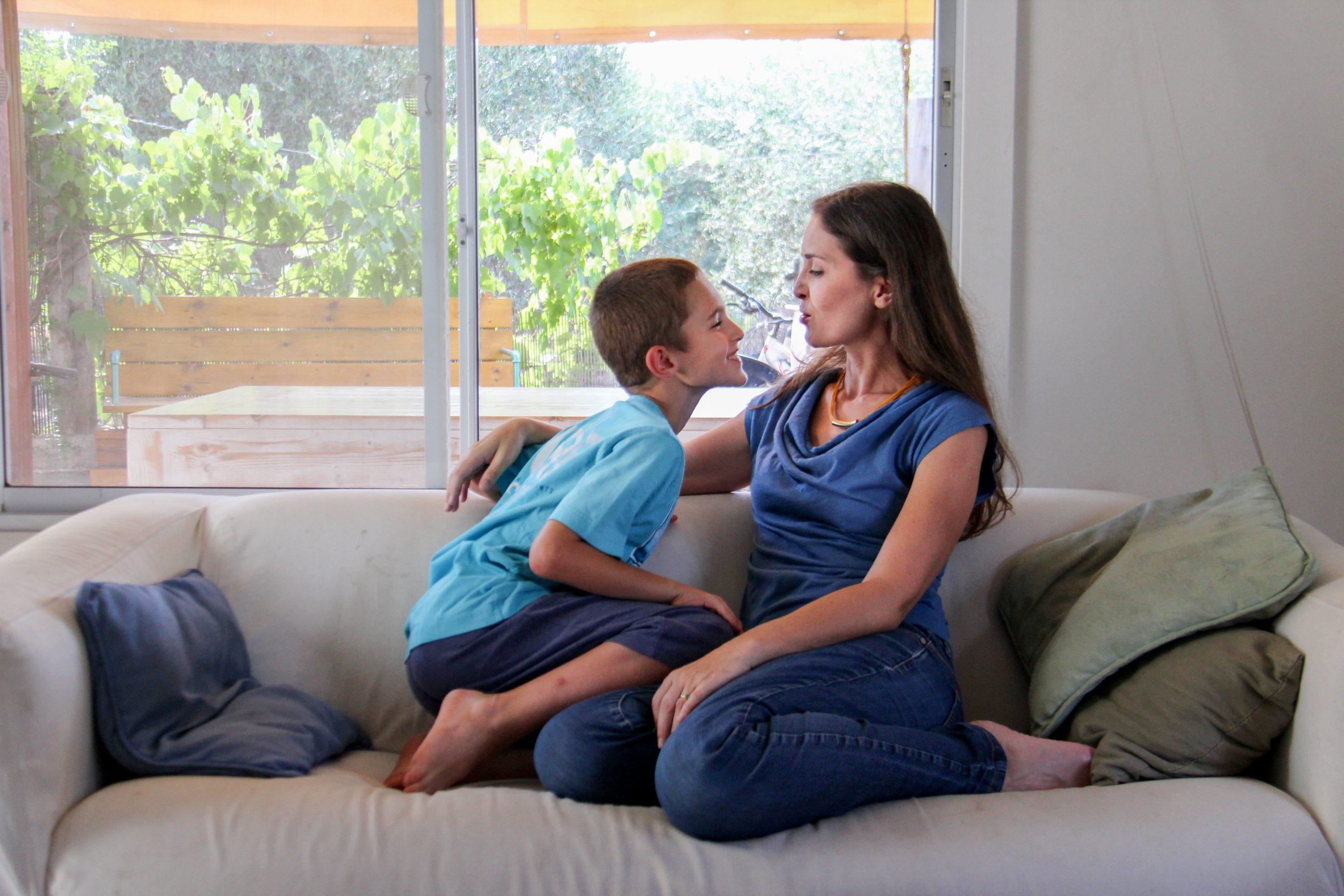 אמא וילד משוחחים- אינסה קליינמן לחישות לילה להעצמת ילדים